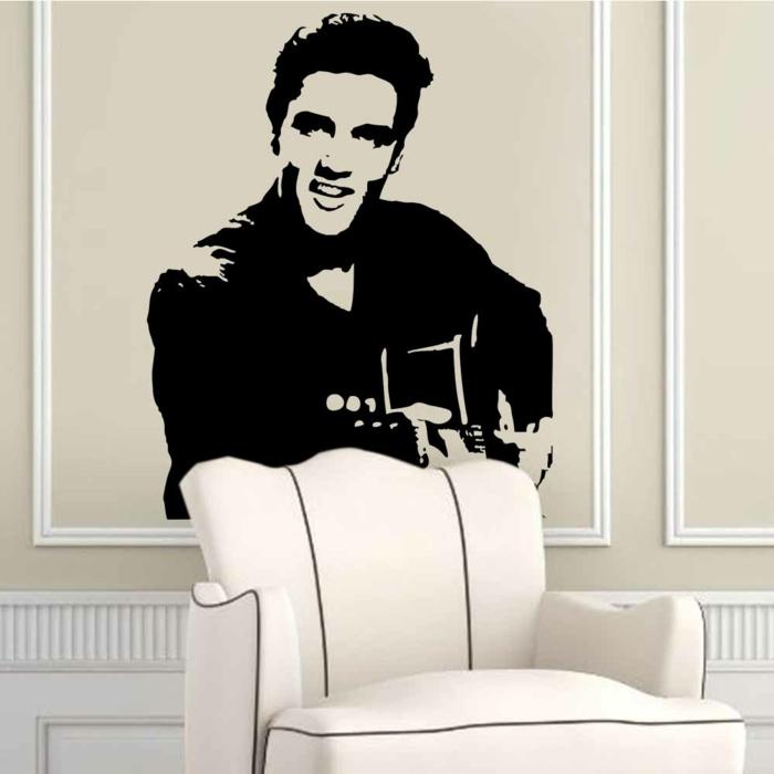 Rockabilly Deko Wandtattoo Elvis Presley mit Gitarre über einem weißen Sessel geklebt