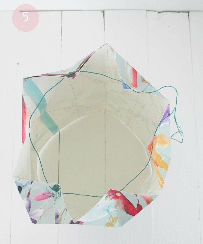 Lampenschirm selber machen, Origami basteln, auf Bastelpapier nähen, grüner Faden, ovale Form