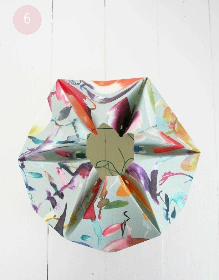 Lampenschirm selber machen - den fast fertigen Schirm mit einem grünen Faden аnnnähen