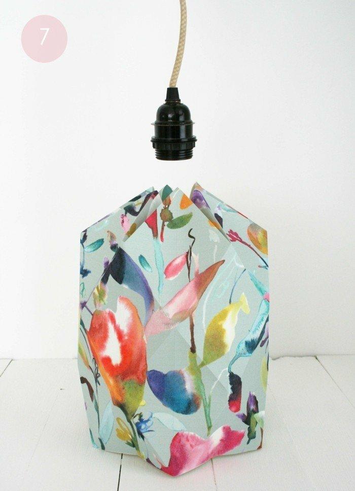 Lampenschirm aus buntem Bastelpapier selber machen - Fassung einbauen