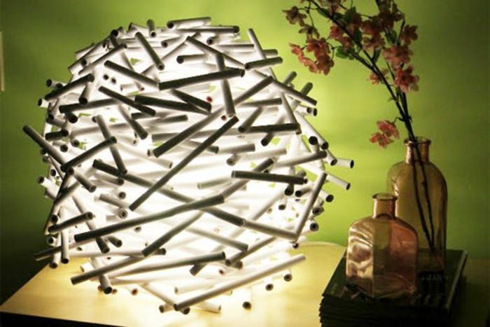 Lampenschirm selber machen: Bastelidee für spärischen Lampenschirm aus weißen Alurohren