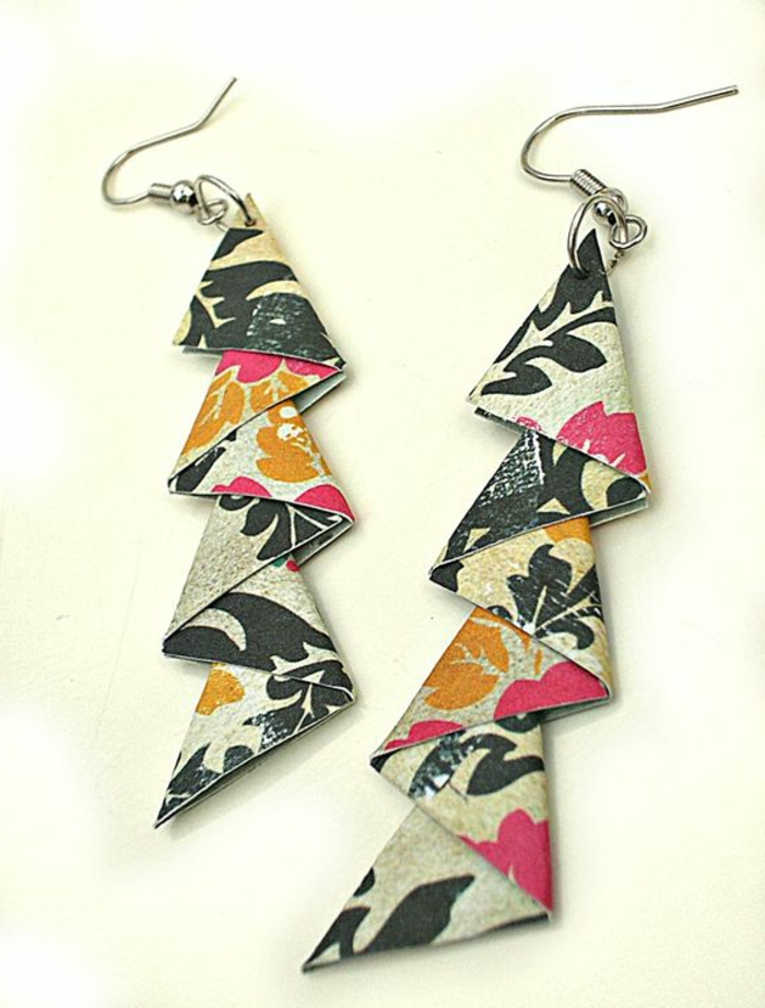 interessantes Modell von Ohrringen aus buntem Origami-Papier mit Naturmotiven in der Form eines Donners