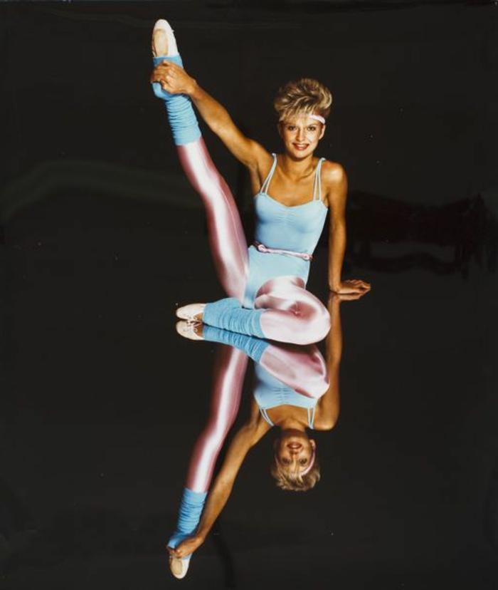 80er Jahre Outfit zum Sporttreiben - hellpinke Glitzerleggings, blaue Stulpen, Schwimmbadanzug mit Gürtel