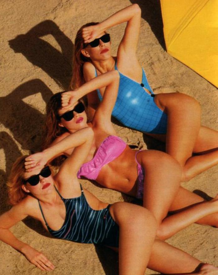 80er Schwimmanzug in blauer und pinker Neonfarbe, Schwimmanzug mit Print, schwarze Sonnenbrille