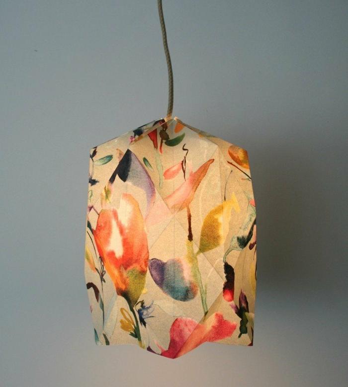 ein interessantes Modell Lampenschirm aus buntem Bastelpapier, gefaltet mit einer Origami-Falttechnik