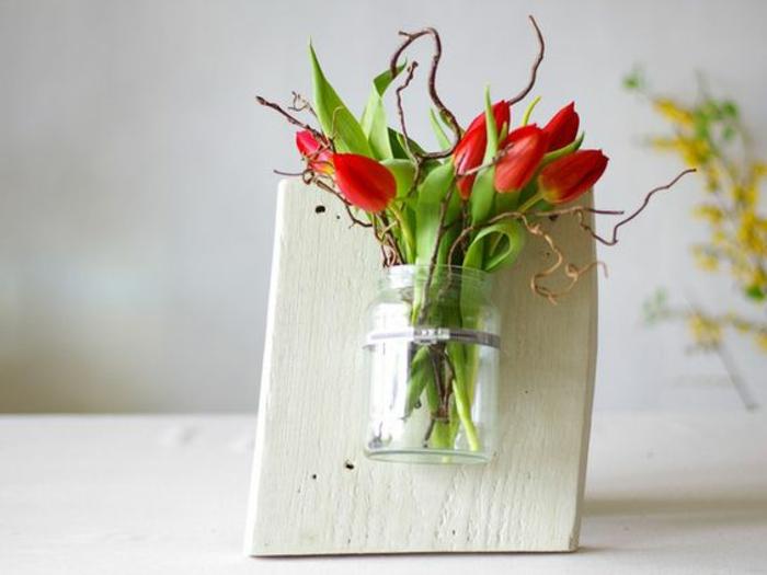 Blumenschmuck aus Holz selber machen Vase mit Tulpen