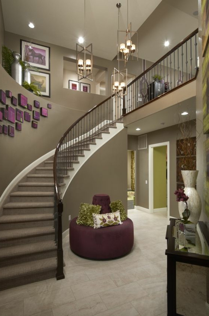 Treppenaufgang In Der Farbe Grau Und Lila Farbkombination