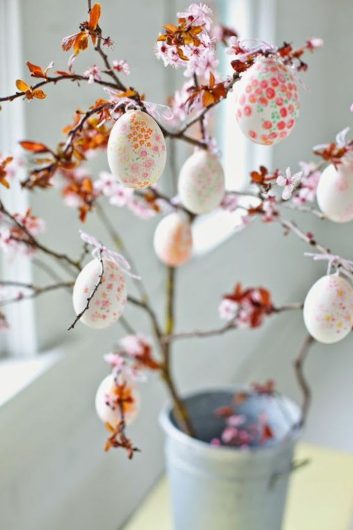 Fensterdekoration Ostern mit Zweig und bunter Eier