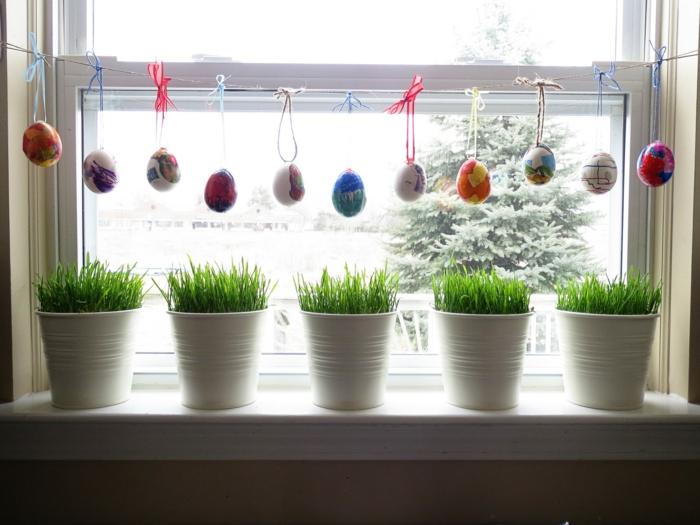 Ostereier und Ostergras als Fensterdeko