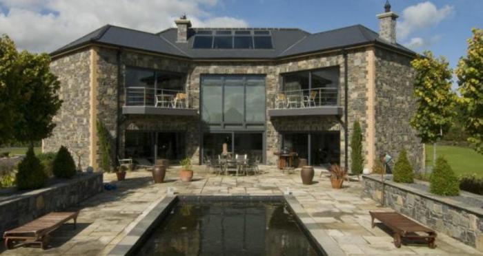 großartiges Haus mit Teich und schöne Gartengestaltung