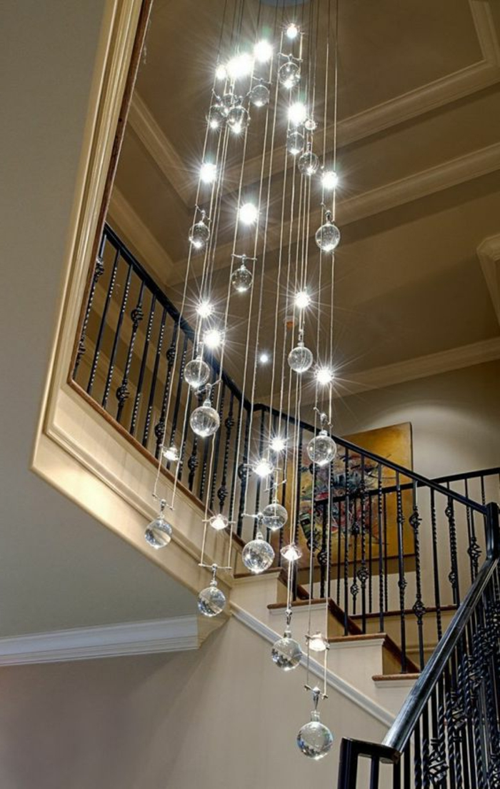 Lampe lang und hängend Treppenhaus Treppenaufgang schön gestalten