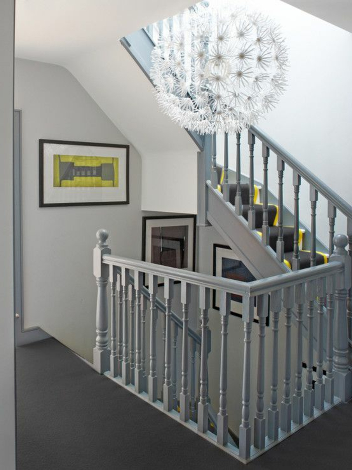 Designer Kronleuchter und Vintage Geländer in der Farbe Grau