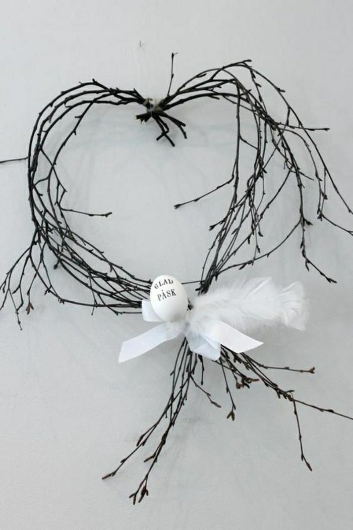 Oster Wandschmuck aus Zweigen Holz Ideen für Ostern