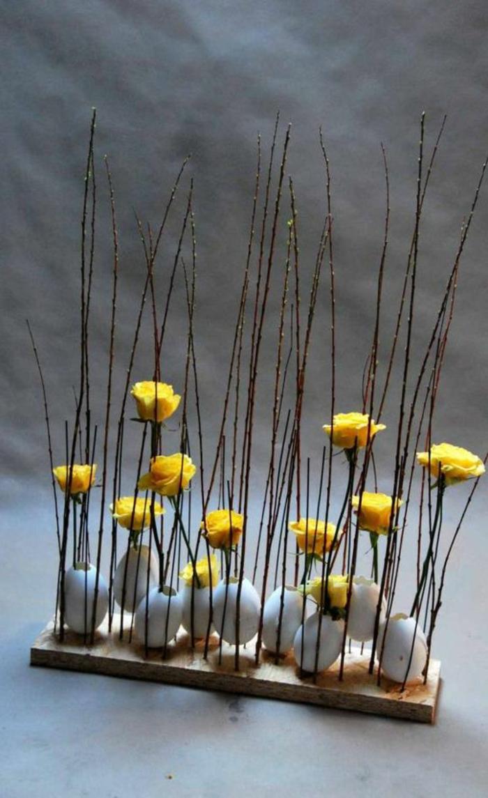 Osterschmuck besteht aus Holz Eier und Blüten