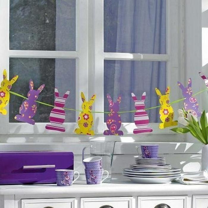 Osterhasen aufhängen kunterbunt und fröhlich das Fenster dekorieren