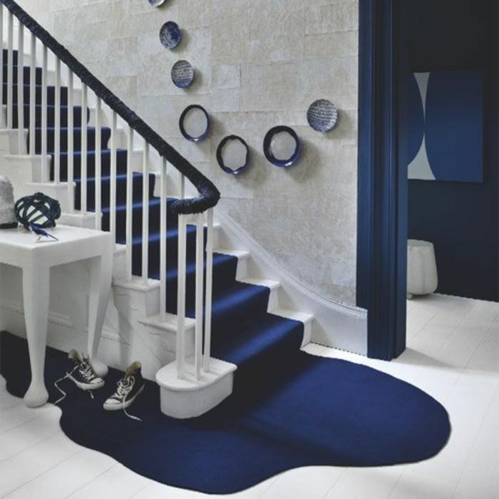 Farbgestaltung Treppenaufgang in der Farbe Blau