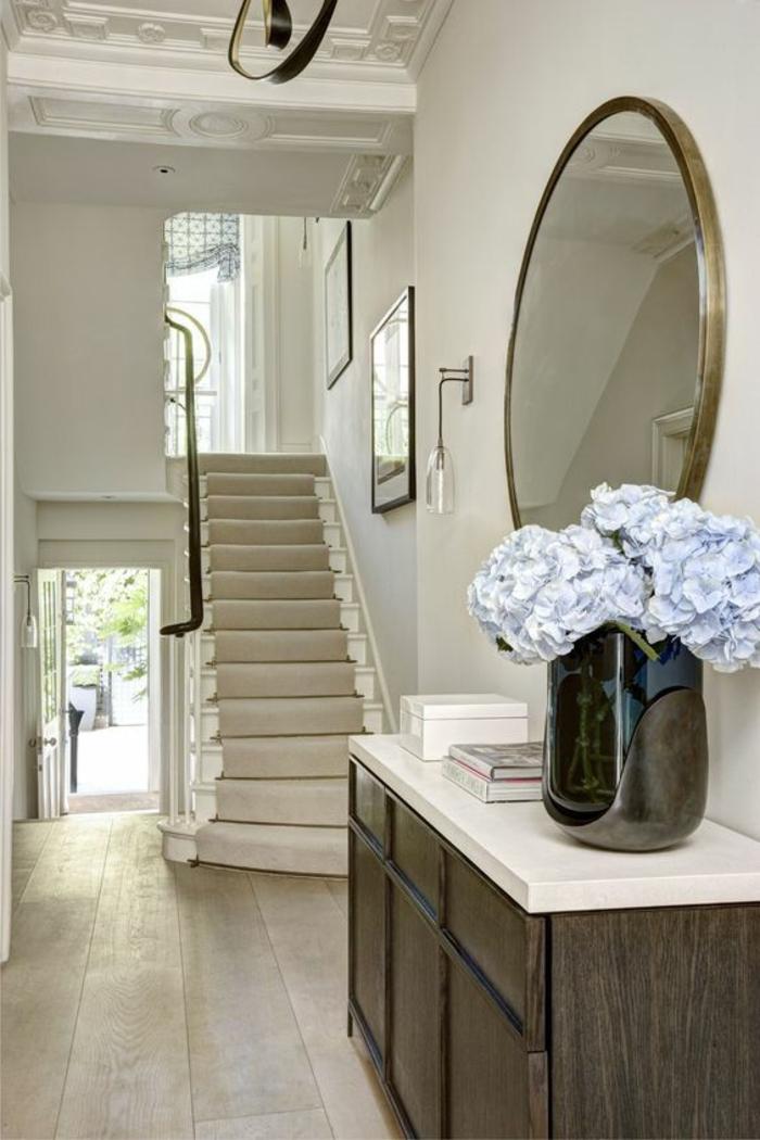 Treppenbereich Möbel Spiegel an der Wand und Wandschrank