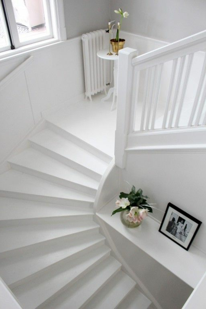weiße Treppe und Deko Elemente Treppenaufgang gestalten