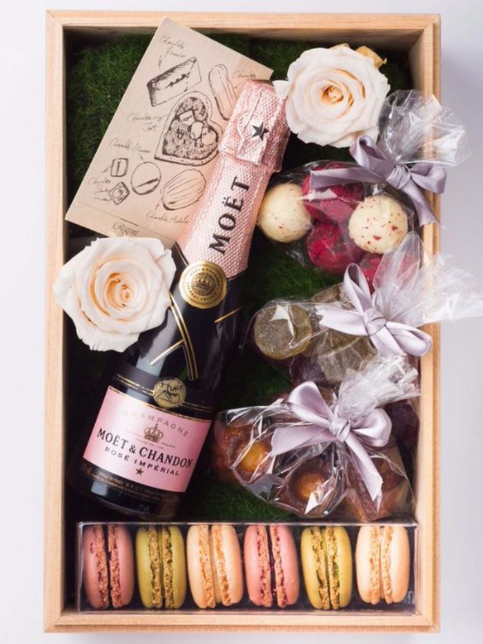 abschiedsgeschenk fuer kollegen, sekt, franzoesische macarons und rosen