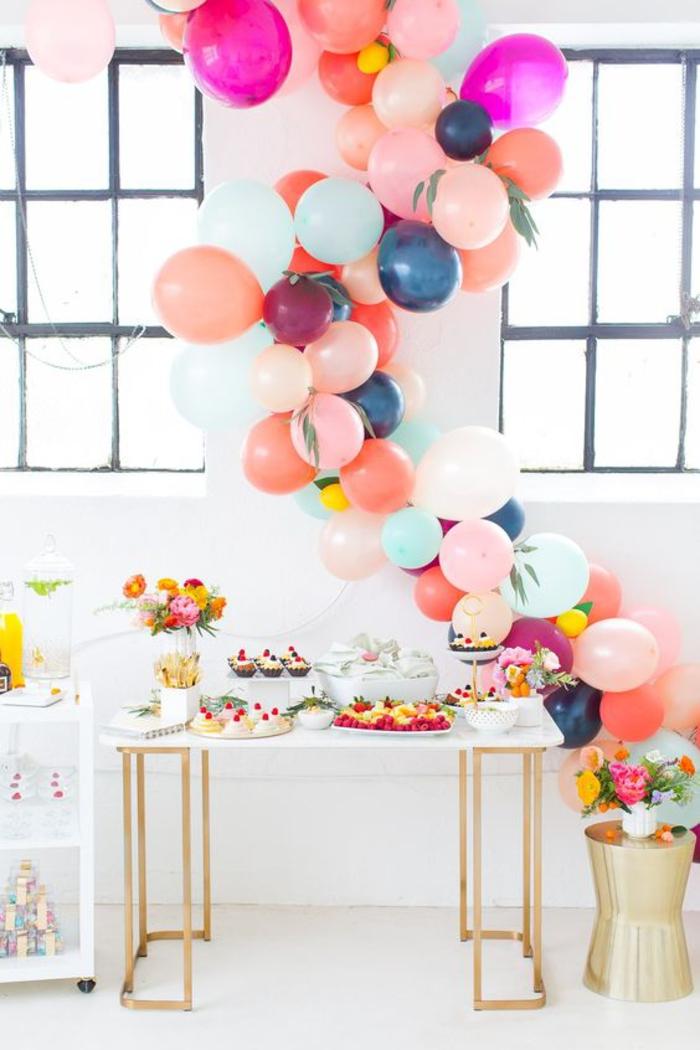 abschiedsparty organisieren, ballons, blumen und suessigkeiten