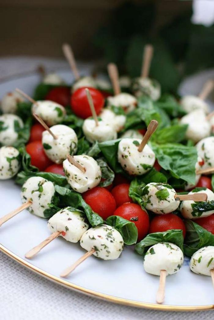 abschiedsparty planen, cocktailbissen, tomaten mit mozzarella