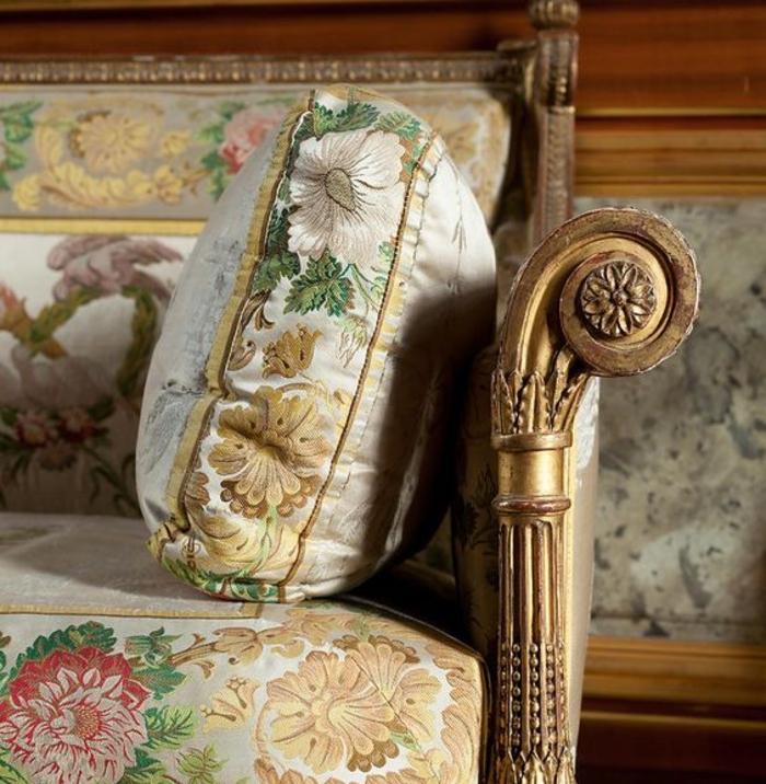 antike moebel, sofa mit kuenstlerischen details, antiquitaet