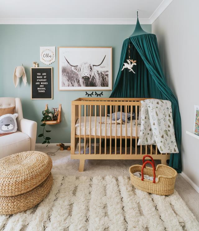 kinderzimmer mädchen, ideen teppich auf dem boden, babyzbett, zwei bodenkissen aufeinander