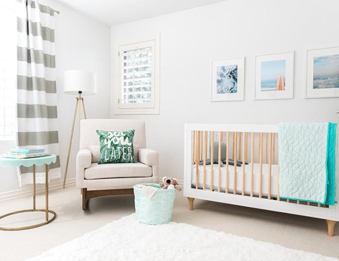 babyzimmer set in klaren linien, bett, sessel, tisch und kissen zur dekoration,