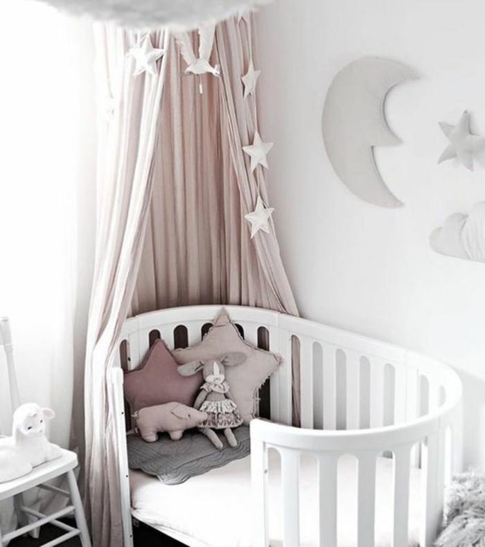 babyzimmer mädchen dezent und einfach deko in grau und hellrosa dekokissen spielzeug kuscheltier