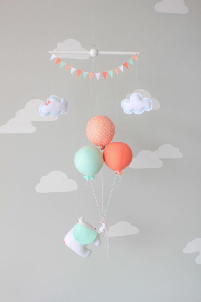 babyzimmer mädchen graue wand wolken spielzeuge für babys elefant fliegt mit den luftballoons deko