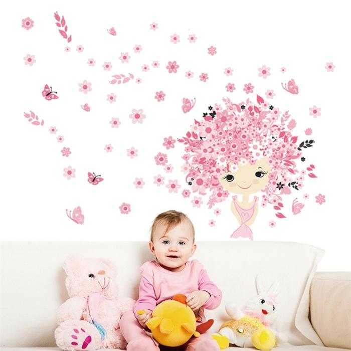 babyzimmer mädchen schönes kleines baby mädchen spielt im eigenen zimmer kuscheltiere wandtattoo fee