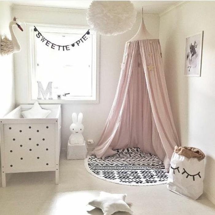 babyzimmer mädchen einrichtung in weißer farbe rosa spielecke hase kuscheltier stern kissen