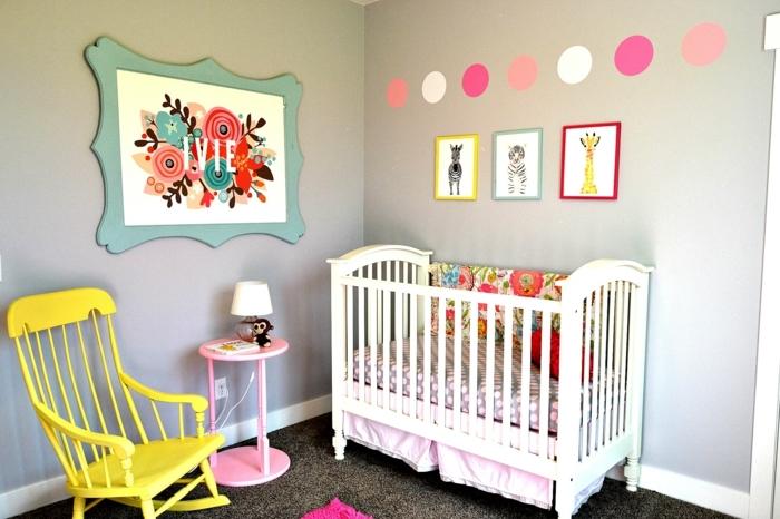 babyzimmer mädchen einfaches design tolle dekoration buntes bild bunte punkte bilder gepunktete wand gelber sessel