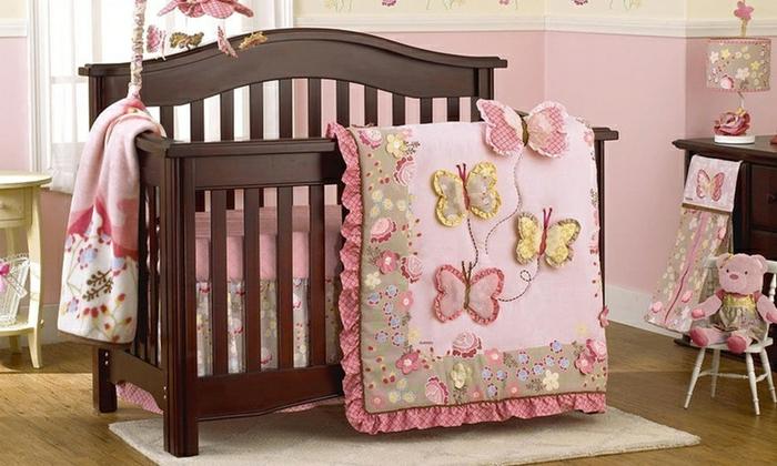 babyzimmer mädchen braunes babybett hölzern rosa decke schmetterlinge dekoration decke selber nähen