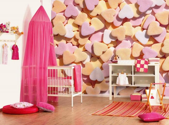 babyzimmer mädchen mit herzen dekorieren zyklame farbe bett kissen herzen babyklamotten an der wand