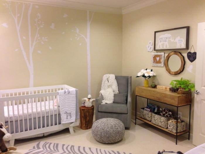 babyzimmer grau rosa ideen bäume weiß wanddeko hocker grau sessel weiße blumen dekorationen spiegel