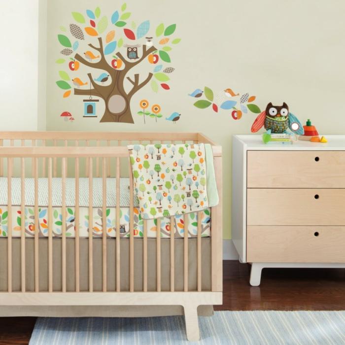babyzimmer grau rosa ideen beige hölzerne möbel babybett und schrank mit schubladen bunte baum deko wandtattoo eule