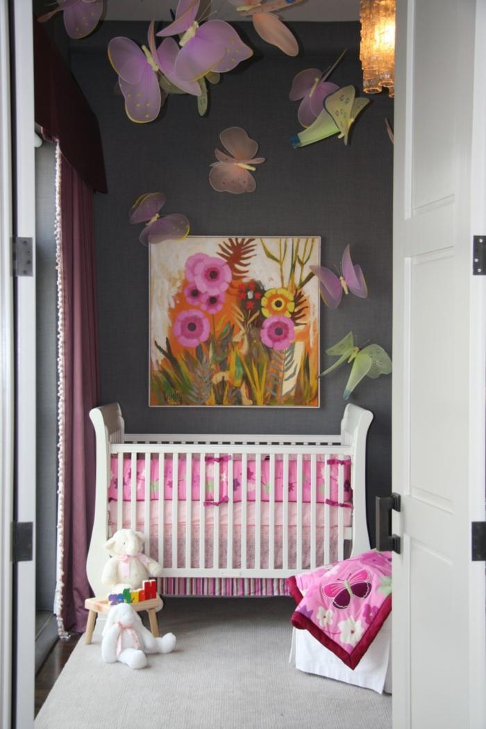 babyzimmer grau rosa graue wand mit bunter dekoration bild in tollen farben rosa orange kuscheltiere schmetterling