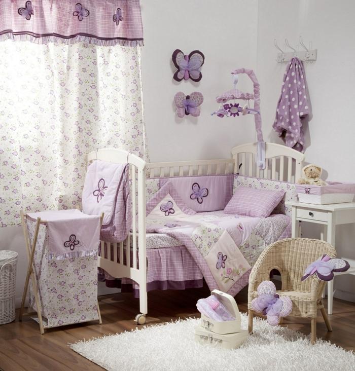kinderzimmer einrichtung ideen in weiß lila und shabby chic dekorationen schmetterlinge kuscheltiere deko