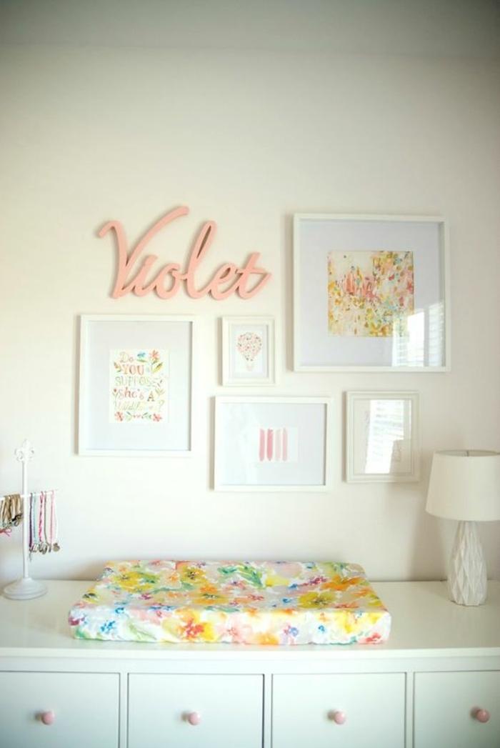 kinderzimmer einrichtung ideen ort zum wechseln der wickel babysachen bilder überschrift mit dem namen