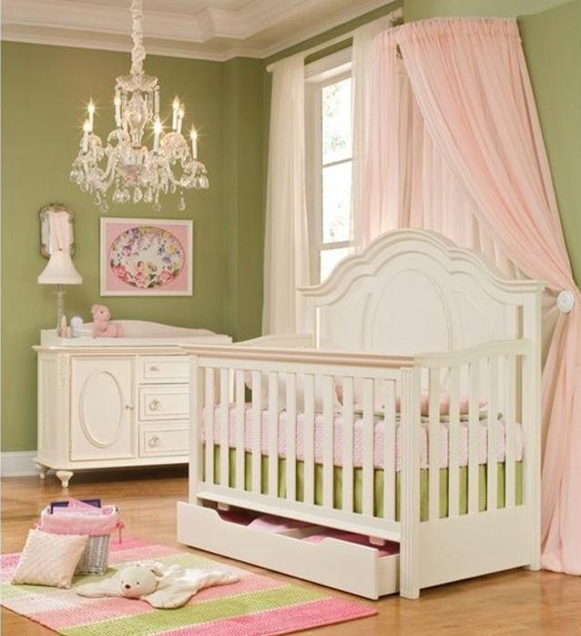 kinderzimmer einrichten ideen in grün rosa und weiße möbel babybett schrank bild lampe schmuckständer