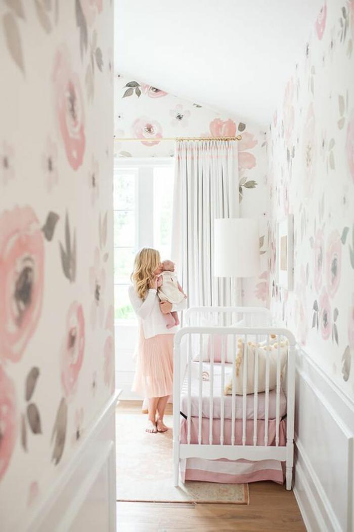 kinderzimmer einrichtung wandgestaltung in weiß und rosa grau rosen deko für wand mutter mit dem kind