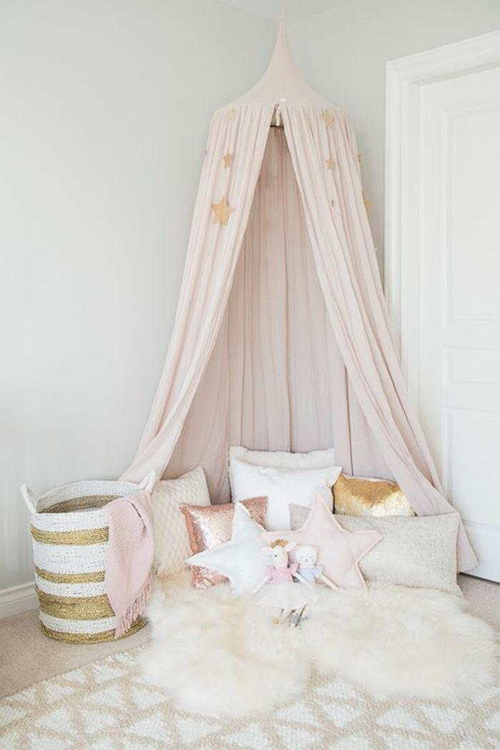kinderzimmer dekoration bunte kissen in goldener farbe rosa weiß kuschelteppich spielecke im zimmer