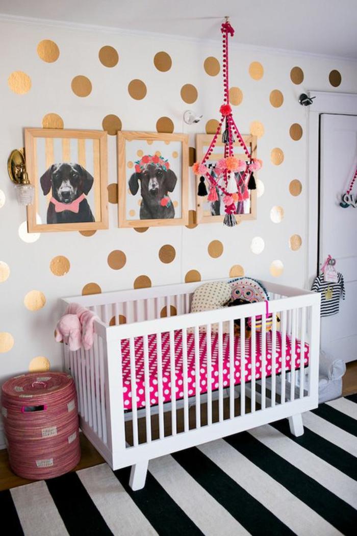 kinderzimmer dekoration gepunktete wand goldene deko bilder von hunde bett weiß rosa rot teppich schwarz-weiß