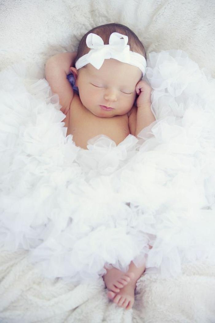 kinderzimmer dekoration baby zimmergestaltung in weiß engel schleife für baby kopf weißes kleid decke