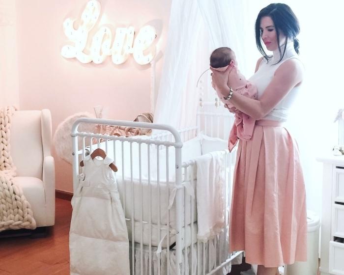 babyzimmer mädchen elegante mutter holt das baby mädchen zimmer gestaltung einrichtung ideen