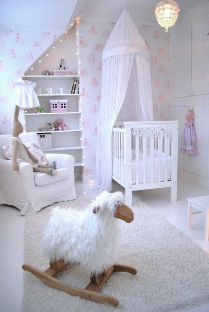 kinderzimmer gestalten in weiß schrank schubladen babybett deko spielzeuge weiße einrichtung für babyzimmer