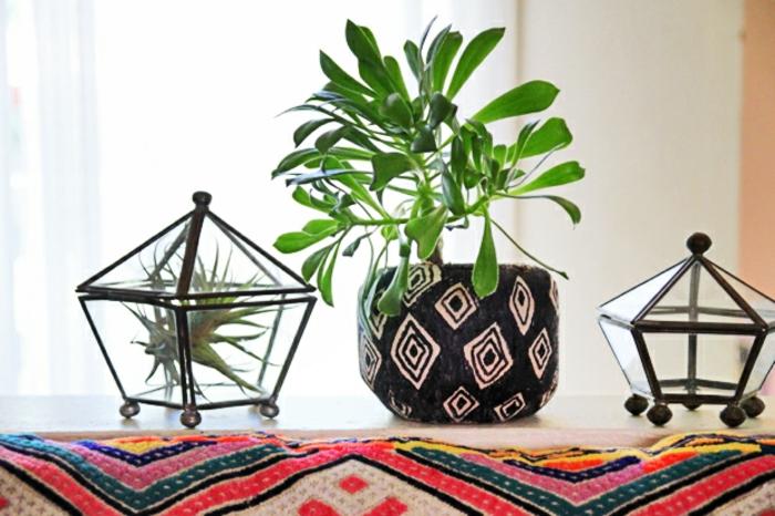 blumentöpfe dekorieren ideen für schönes zuhause blumen bastelideen pflanze bunt rot rosa schwarz weiß
