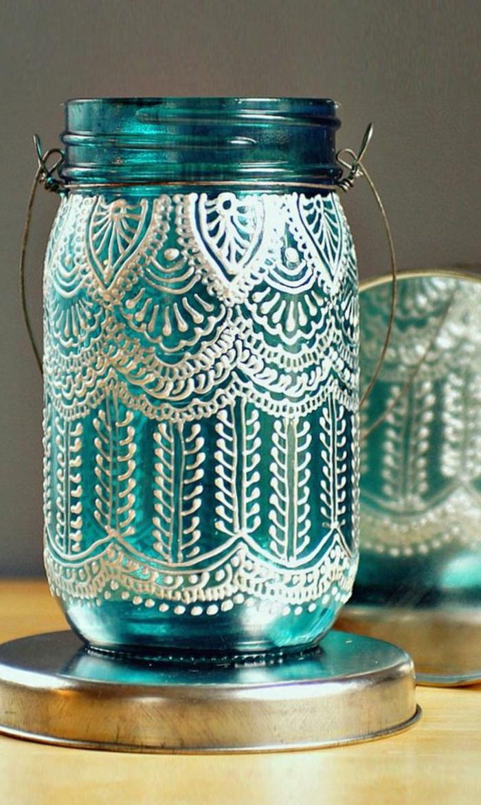 laternen basteln - blaues einmachglas dekoriert mit weißer farbe, aufhänger aus draht