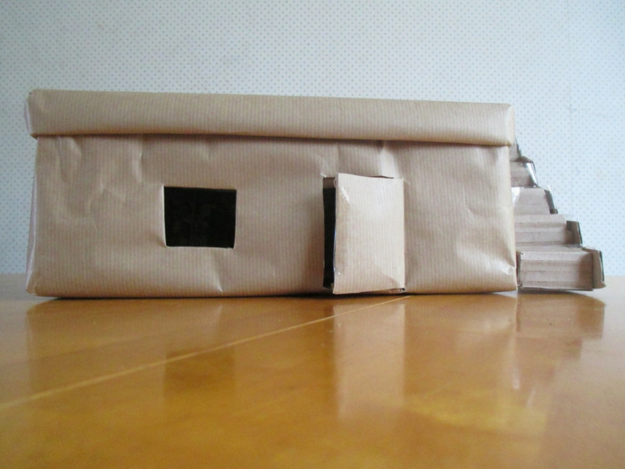 ein einstöckiges Haus aus Schuhkarton basteln mit Außentreppen aus Karton